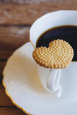 Heart-shaped cookie and coffee — Stock Photo