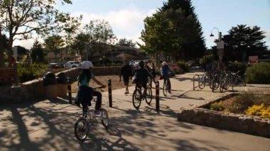 人骑自行车在通路上 — 图库视频影像