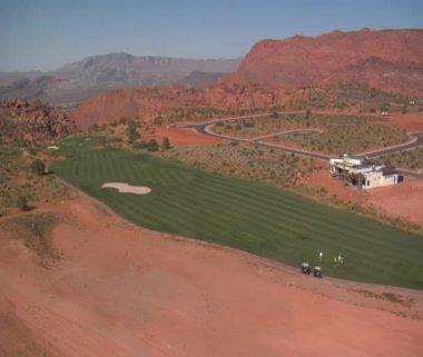 Colpo aerea di golfisti su corso deserto — Video Stock