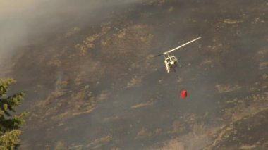 Hélicoptère de lutte contre les incendies gouttes d'eau sur le feu — Vidéo