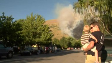 Families watch forest fire burning near neighborhood — Stock Video
