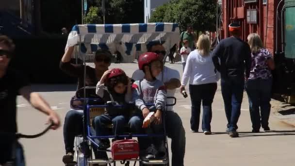Coche de pedales familiar en bici — Vídeo de stock
