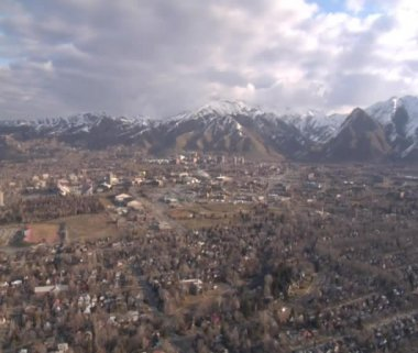 Aerial shot of Salt Lake City neighborhoods in winter — Stockvideo