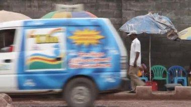 уличных торговцев в киншасе демократическая республика конго — Стоковое видео