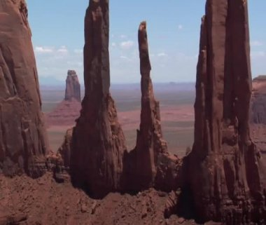 Aerial shot of Monument Valley spires — Stock Video