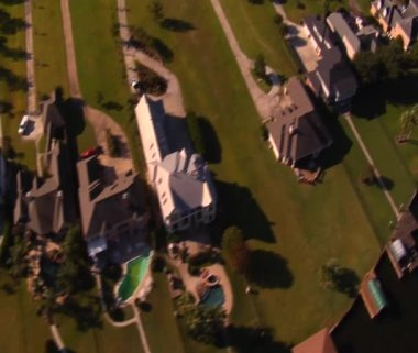 Aerial shot of lavish lakefront houses — Stock Video