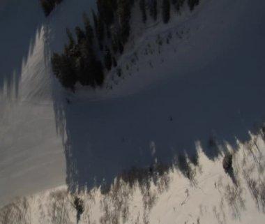Luchtfoto van skiërs roterende 360 — Stockvideo