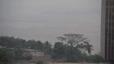 Tall modern building next to Congo River with boats — Vídeo de Stock