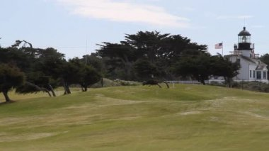 Lighthouse an American flag on golf course — Stockvideo