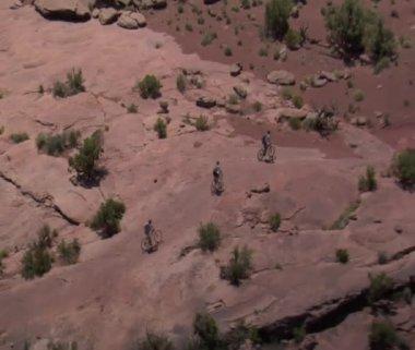 Antenn skott av redrock berg cykling moab utah — Stockvideo