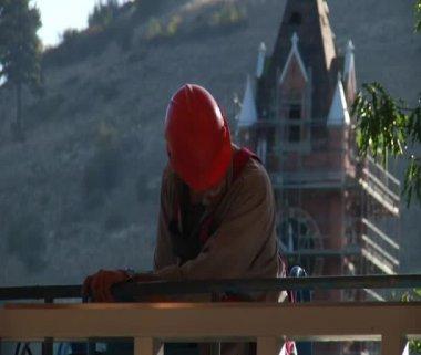 Operaio edile con casco e Torre dell'orologio — Video Stock