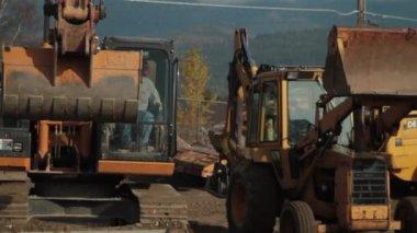 Construction worker operates excavator — Stock Video