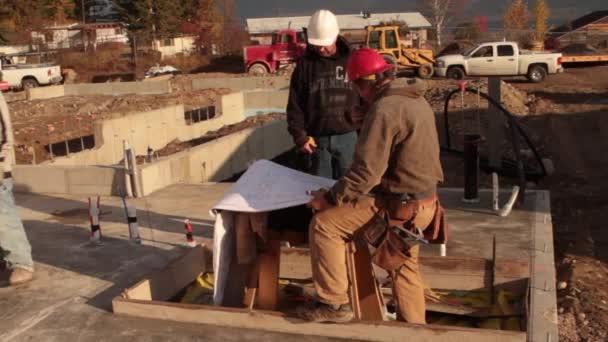 Travailleurs de la construction consulter bleus — Vidéo