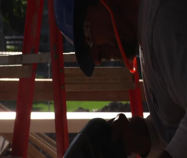 Primer plano de obrero de la construcción utilizando herramientas eléctricas — Vídeo de stock