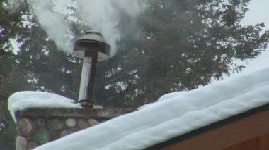 Fumée cheminée sur le toit enneigé — Vidéo