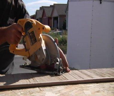 Man operates circular saw — Stock Video