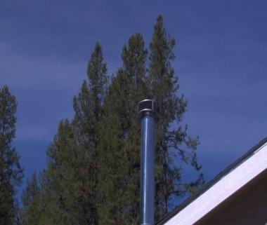 Czyste spalanie komin z sosny i fale upałów — Wideo stockowe