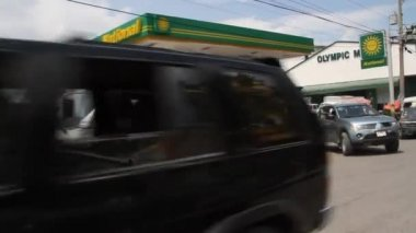 Busy gas station and street scene in Port-au-Prince Haiti — Stockvideo
