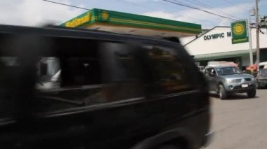 Busy gas station and street scene in Port-au-Prince Haiti — Vídeo de Stock