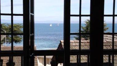 查看出窗口到海洋上的帆船 — 图库视频影像