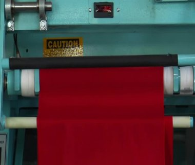 Medium close-up of industrial ironing machine and red cloth — Stock Video