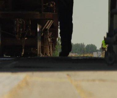 Låga skott av arbetstagare gå bredvid tåg — Stockvideo