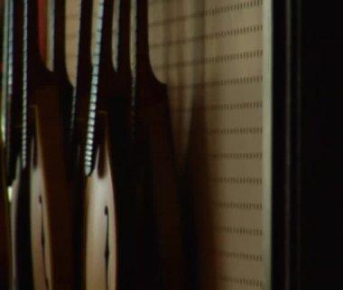 панорамирование из струнных инструментов для работника — Стоковое видео