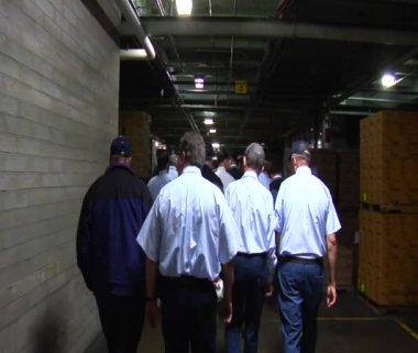 Lopen achter werknemers in magazijn — Stockvideo