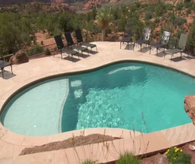 Beautiful pool with Redrock desert in distance — Stock Video