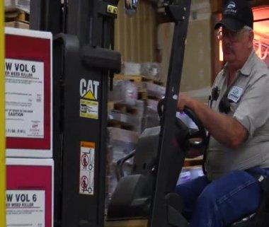 Vysokozdvižný vozík operátora jednotky vozík — Stock video