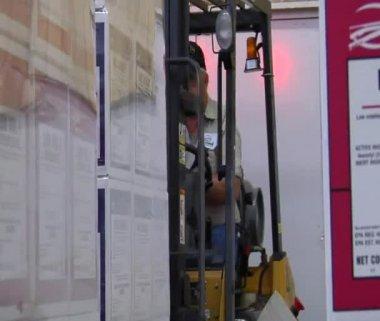 Vysokozdvižný vozík se pohybuje paletu chemických látek — Stock video