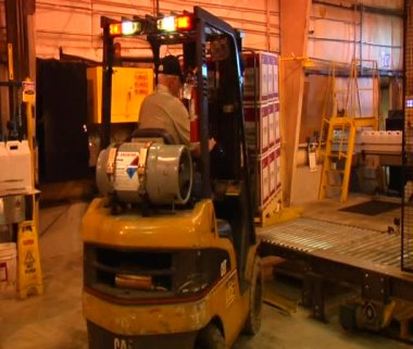 Forklift loads pallet — Stock Video