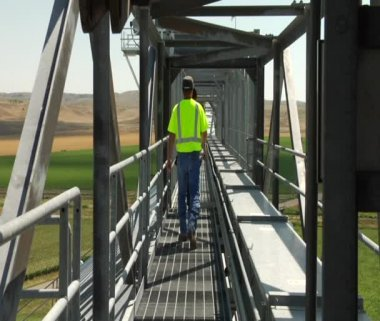 Workers walk on elevated Catwalk — Stock Video