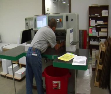 Man operates industrial paper cutter — Stock Video