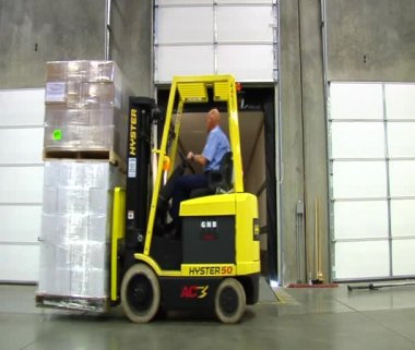 Forklift loads pallets onto semitruck trailer — Stock video
