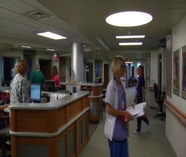 Gliding shot of busy nurses and staff in hospital — Stock Video