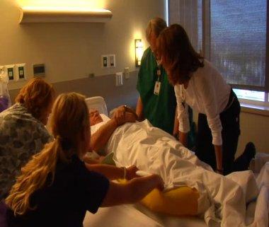 Infirmières passant un lit patient à l'autre — Vidéo