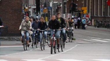 People ride bikes in Amsterdam — Stock Video