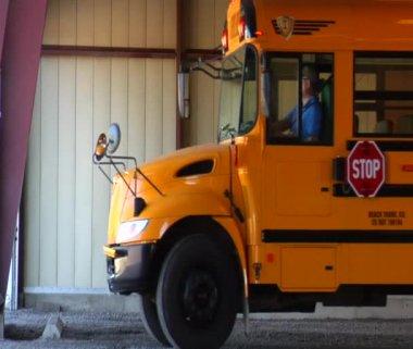 空のスクールバスのガレージからの撤退 — ストックビデオ