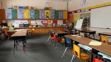 Empty elementary school classroom — Stock Video