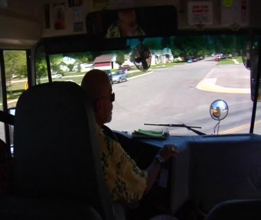 Schoolbus stopped and then turning — Stockvideo