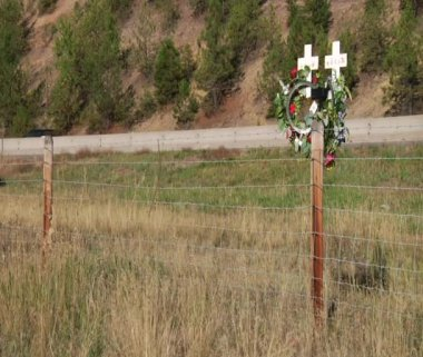 Traffic passes roadside crosses — Stock Video