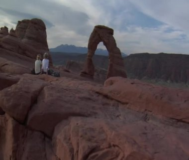 Ladies at arch Arches national Park — Stock Video