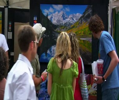 People admire painting at arts Festival — Stock Video