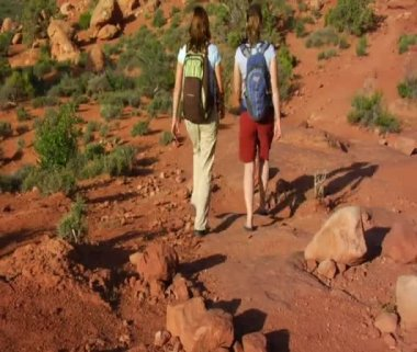 Two female hikers on Turret Arch — Stock Video