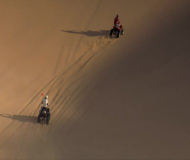 ATV riders climb enormous sand dune — Stock Video
