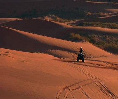 ATV riders to wide Vista of desert sand dunes — Stock Video
