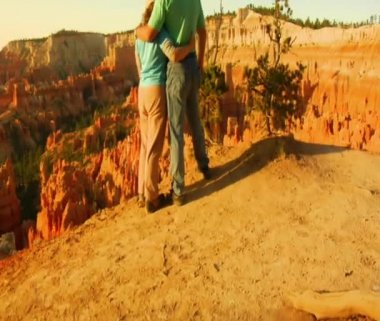 Couple at rim Overlook Bryce Canyon — Stock Video