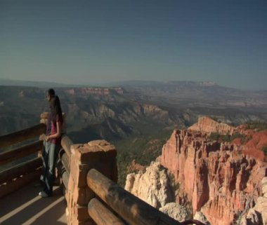 Couple at rim Overlook Bryce Canyon national Park — Stock Video