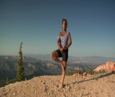 Woman does yoga above Bryce Canyon national Park — ストックビデオ